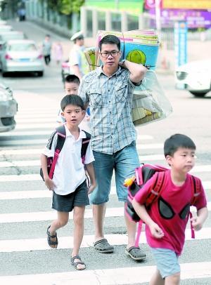 有学生昨天就将午休用品带回校。 广州日报全媒体记者石忠情摄