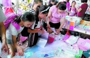 小朋友们正在购买塑料包书皮。