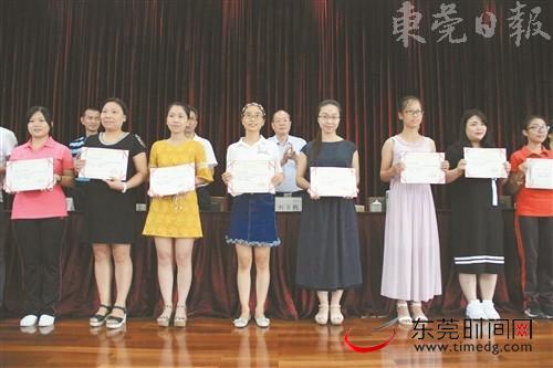 ■镇领导为优秀教师颁奖通讯员 冯慧兰 摄