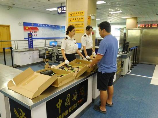 9月12日黄埔海关对外通报,该关驻常平办事处日前在旅检渠道查获8台无人航拍机。