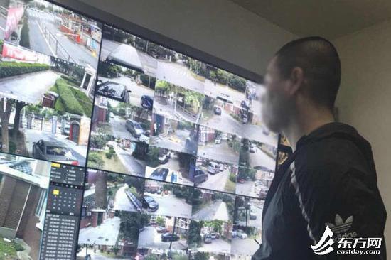 图片说明:民警通过仔细查看,发现案发地周边的视频监控中多次出现两名嫌疑人的身影。