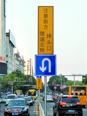 """临近""""借道左转""""处有指示牌。"""