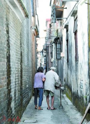 不少老人希望在家养老。