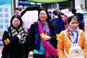 昨日,虽然广州出现了短时阳光,但因风大仍然感觉寒冷。在珠江新城,寒风吹得过街的市民睁不开眼睛。信息时报记者 叶伟报 摄影报道