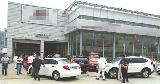 不仅4S店挤满了看车的人,新港智能查验区也涌现了大量来上牌的新车。▼