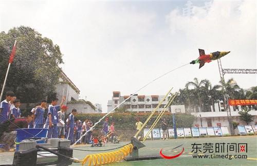 """■学生参加""""让梦想飞翔""""为主题的航模大赛 资料图 郑志波 摄"""