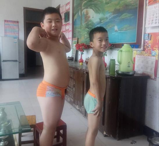 子宽(左一)今年六一和弟弟的合影