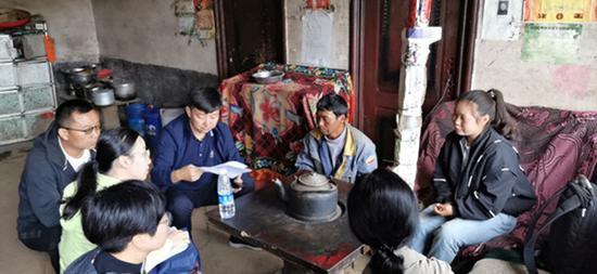 8月,深职院招就办团队赴云南昭通市下属县区,走访贫困生家庭。