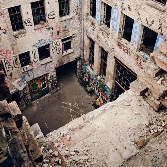 东柏林废弃的厂房成为了艺术家们涂鸦创作的集聚地