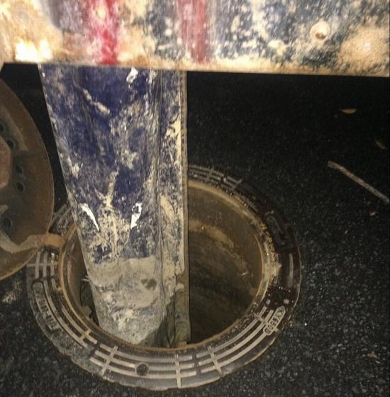 涉事槽罐车正在往市政管网偷排泥浆。