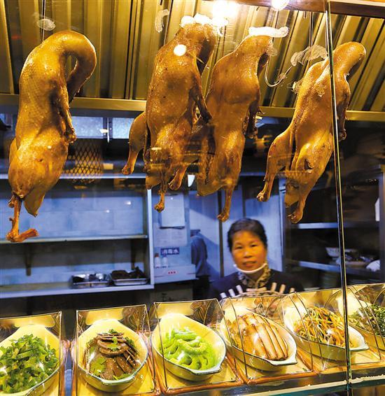 南京的盐水鸭又叫桂花鸭至今已有1000多年历史,是南京人秋季重要的待客美食