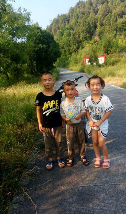 小子宽(左一)和弟弟妹妹们去年的合影