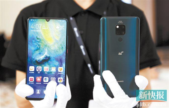 ■7月26日,工作人员展示华为Mate 20 X 5G手机。新华社发