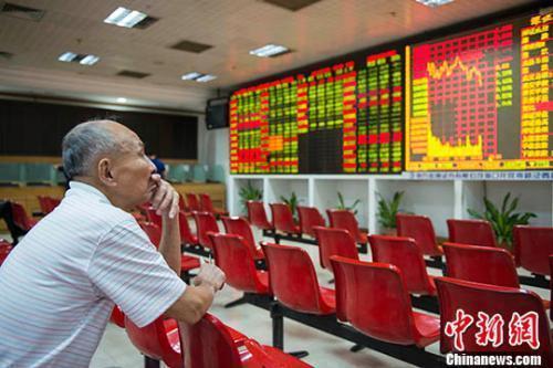 资料图:海口某证券营业部的股民关注大盘走势。 中新社记者 骆云飞 摄
