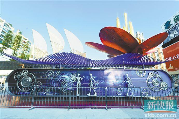 """■10月18日,国庆广东彩车""""扬帆大湾""""展示启动仪式在广州珠影星光城广场举行,不少市民前来观赏。这辆彩车将永久落户位于海珠区的珠影集团。  新快报记者 林里/摄"""
