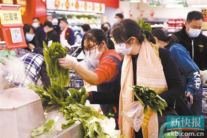 ■1月26日,天河棠下沃尔玛超市,市民在超市选购蔬菜。 新快报记者 毕志毅/摄