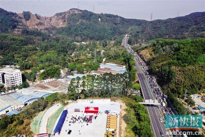 12月28日,华南快速路石门堂山段出现拥堵现象,石门堂山隧道扩建工程将有效缓解这里的拥堵情况。  新快报记者 毕志毅/摄