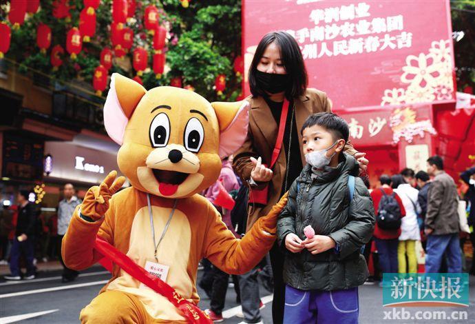 ■戴口罩逛花街成了今年广州花市的一道风景。新快报记者 龚吉林 李小萌/摄
