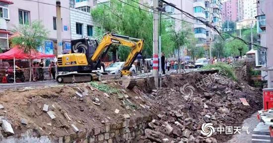 8月2日-3日,辽宁本溪遭遇暴雨,导致路面坍塌。(图/ 史本岩 )