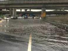 广清高速全线雨天多段存积水