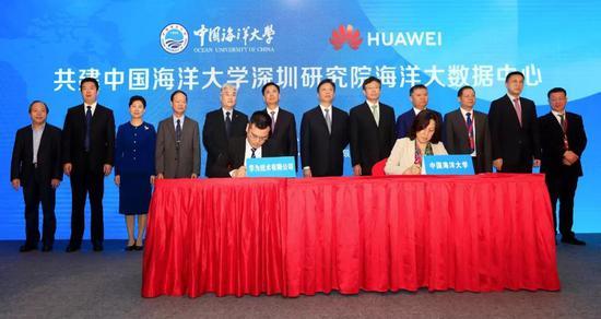 闫菊副校长(右)代表学校在合作备忘录上签字
