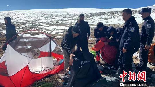 10月5日11时,经过不断寻找,西藏警方在海拔近6000米高地找到3位被困游客。西藏日喀则市吉隆县公安局