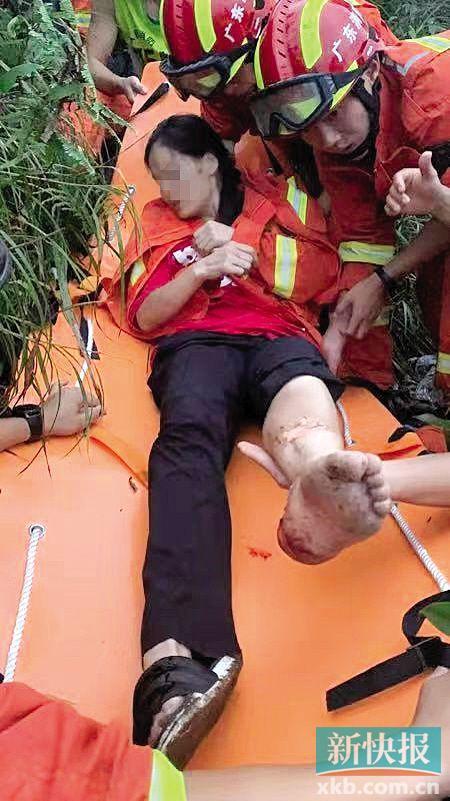 ■消防人员正在救助一名被困人员。 通讯员供图