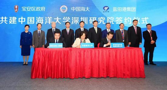 闫菊副校长(中)代表学校在框架协议上签字