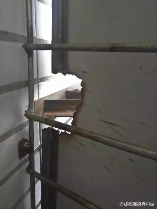 空调外机支架和防护栏的连接处