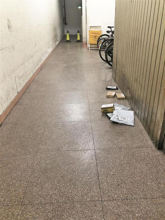 ▲事主所住小区门卫处的走廊,平时放有一些快递包裹。