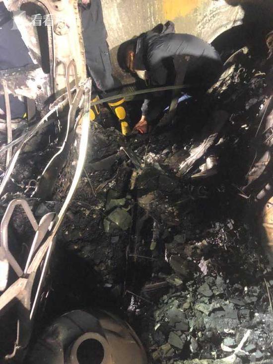 上海一特斯拉车底起火自燃 消防初判:没充电痕迹