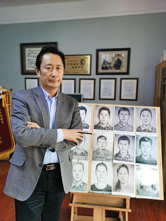 林宇辉在自己的画室里,身后是一些被拐儿童画像。除特别署名外,本文图片均由 澎湃新闻记者 朱远祥 摄