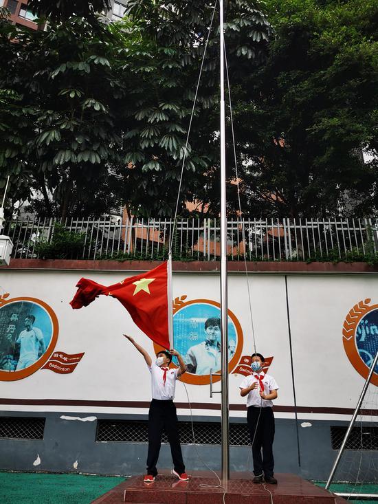"""广州市海珠区宝玉直实验小学举行三校""""云""""复学升旗礼。"""