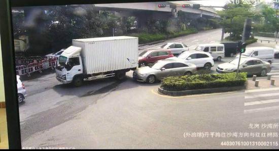 警方提供的交通事故现场视频。 视频截图