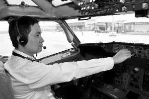 去年南航汕头公司共聘任新机长16名,新一代机长已承担起飞行安全的重任。通讯员供图