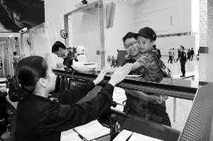 ▲参加演练人员正在模拟值机。信息时报记者 萧嘉宁 摄