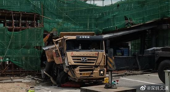 深圳一泥头车撞上施工桥梁 致部分钢筋支架倒塌(图