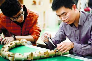 3月9日,程龙和学生一起研究并完善金色外壳蛇形机器人,其雏形是程龙在德国留学后期制造出来的。