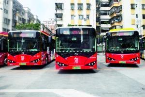 """这批纯电动公交车饰面设计呈现""""木棉红""""等广州元素。信息时报记者 康健 摄"""