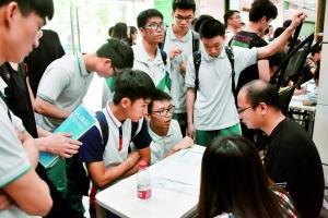 有企业的招聘摊位前吸引众多学生咨询。信息时报记者 叶伟报 摄