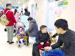 昨日傍晚,市妇女儿童医院仍然人头攒动,挤满了前来看病的家长和孩子。信时记者 郭柯堂 图