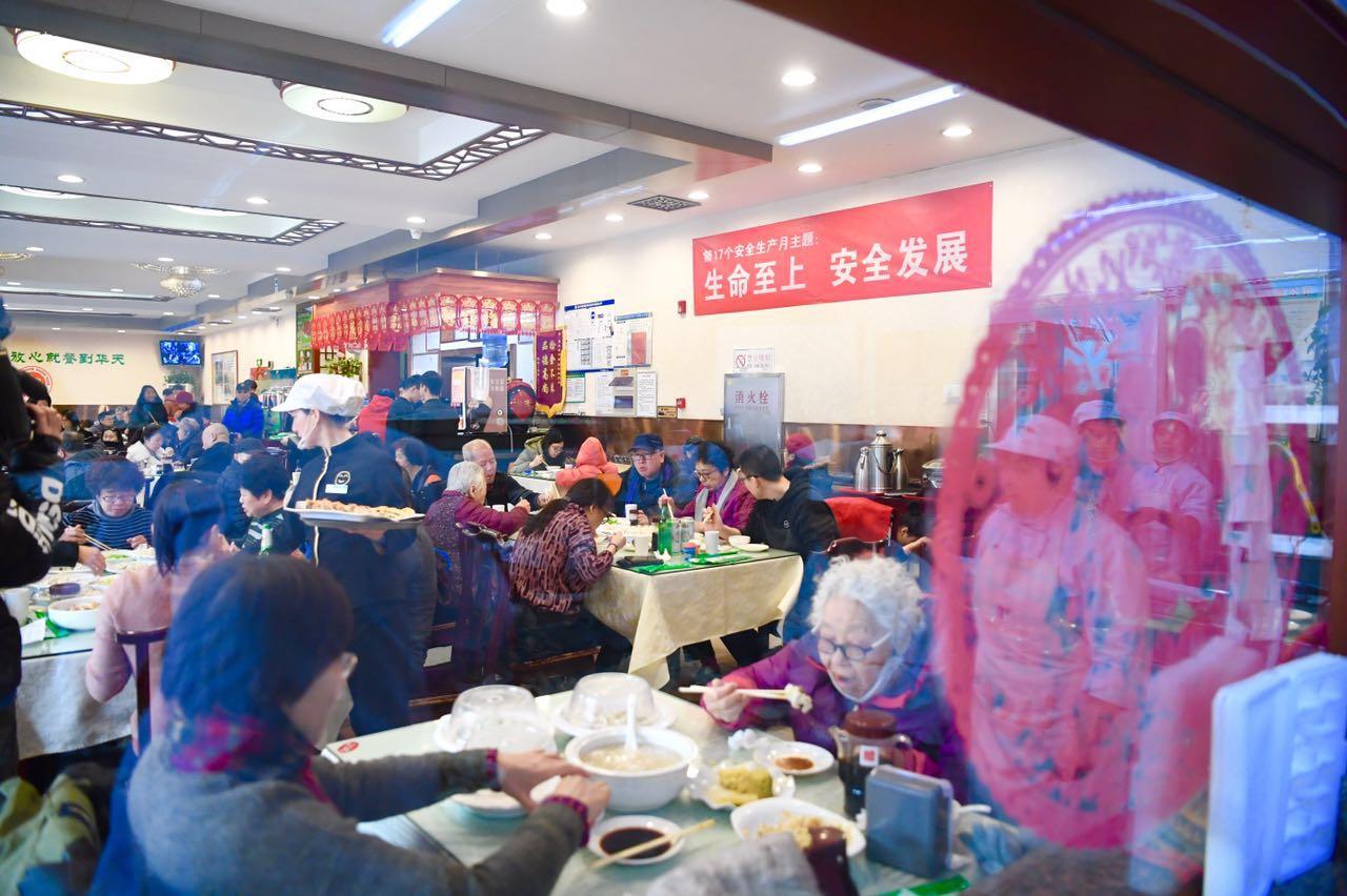 前来吃饺子的顾客座无虚席。新京报记者 陈琳 摄