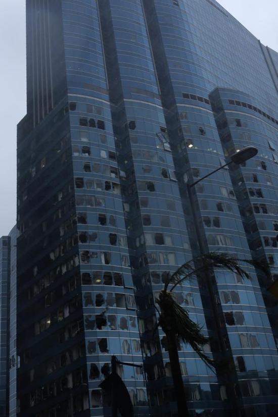位于香港九龙半岛红磡海滨的一座写字楼,窗户玻璃破碎严重。 新华网 图
