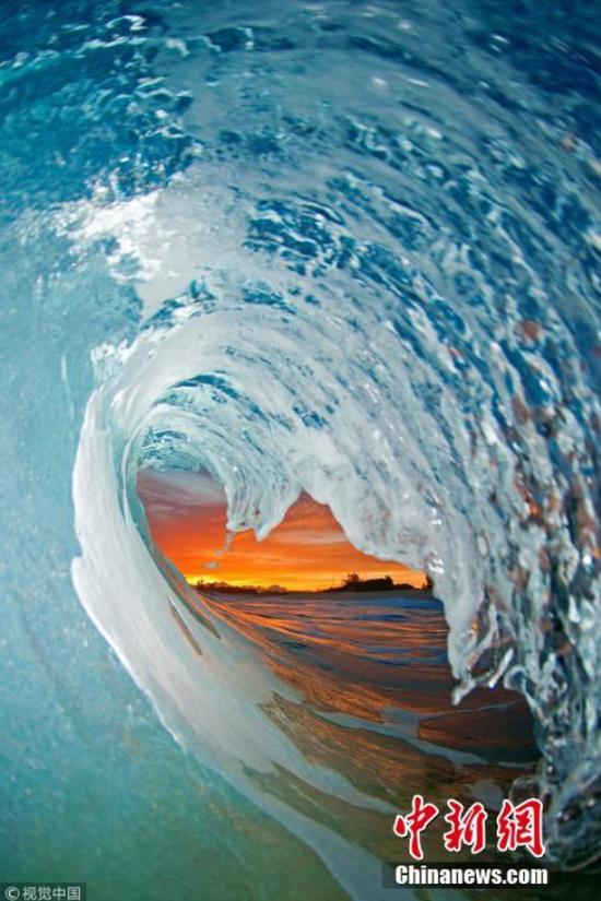 波浪摄影大师克拉克·利特尔(Clark Little)的作品。图片来源:视觉中国