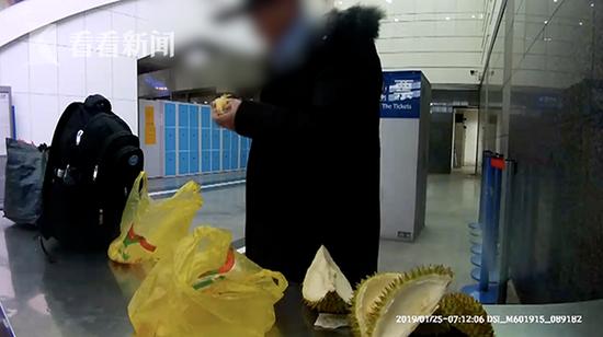 五、六分钟后,旅客吃完榴莲后离开了安检台。