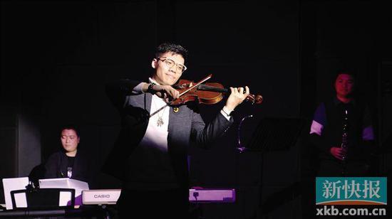 ■青林剧社・粤语古装音乐剧《加餐�m》由现场乐队伴奏。