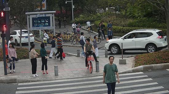 李某,违法时间:2018年3月3日,地点:新洲莲花路口东侧。