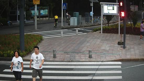 黄某,违法时间:2017年9月7日,地点:新洲莲花路口东侧。