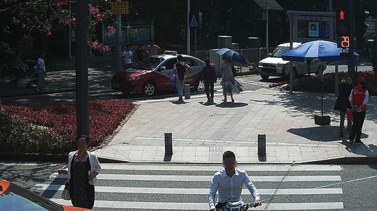 王某,违法时间:2017年10月23日,地点:新洲莲花路口东侧。