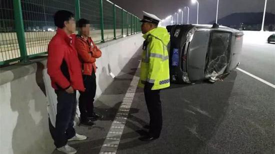 目前,刘某已被刑拘依法追究刑事责任。同时,吊销驾驶证,五年内不得重考。
